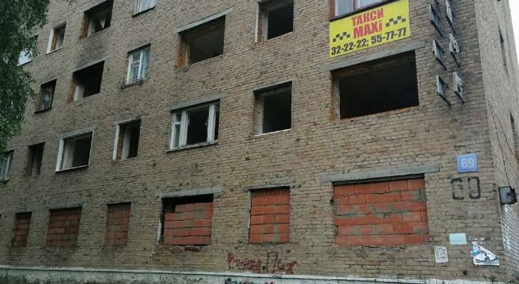 «Нам негде жить!»: сыктывкарцев выселили из общежития и оставили на улице