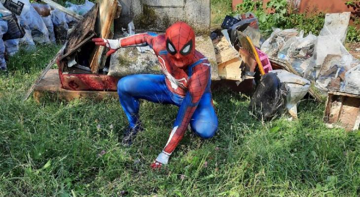 Герой, которого мы заслужили: в Сыктывкаре Человек-паук убирает мусор