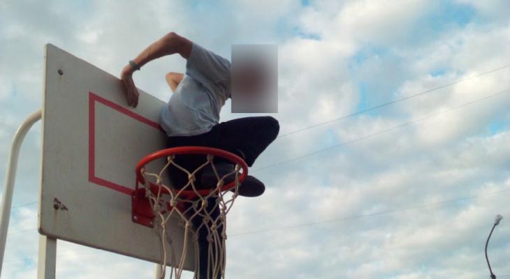 Сыктывкарцы обвинили депутата в том, что он спилил футбольные ворота на детской площадке