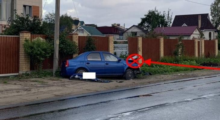 Сыктывкарец на «Логане» протаранил забор, есть пострадавшие